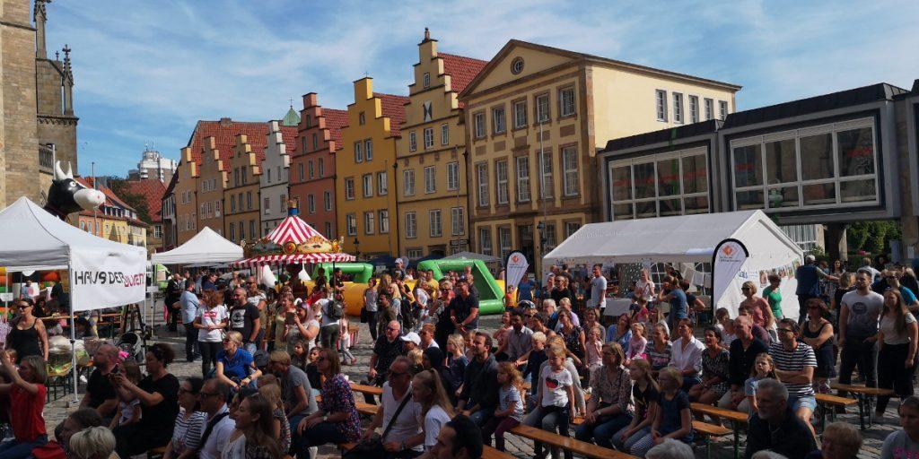 Menschenmenge vor dem Rathaus beim Weltkindertag 2019 in Osnabrück. Foto: Marco Gausmann