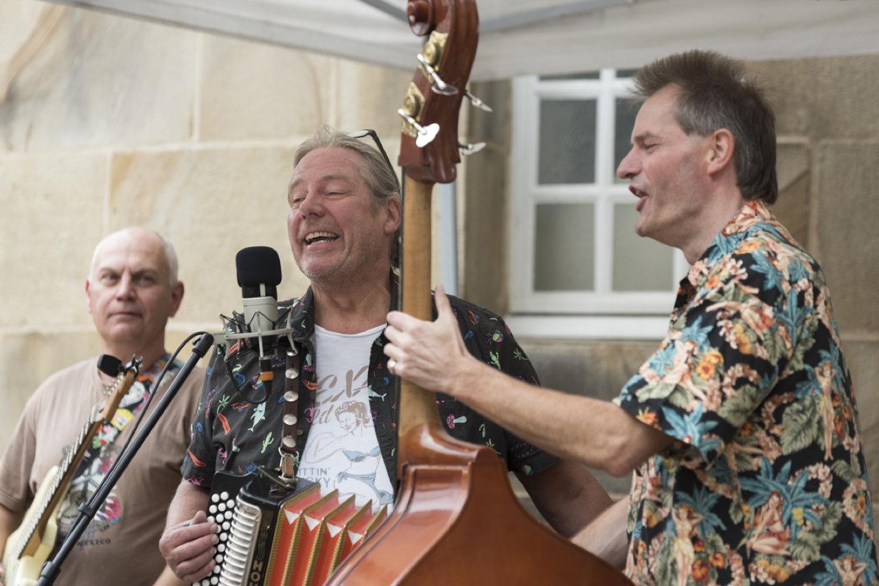 Die Musiker von Three To Get Ready bei einem Auftritt