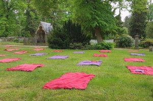 Leere Picknickdecken auf einer Wiese auf dem Hasefriedhof