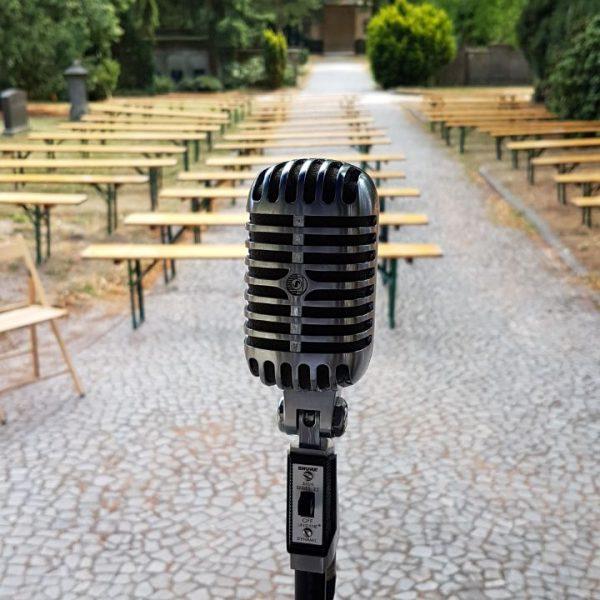 Ein Mikrofon vor leeren Bänken auf dem Hasefriedhof in Osnabrück
